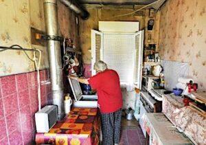 Personne âgée dans un habitat indigne.