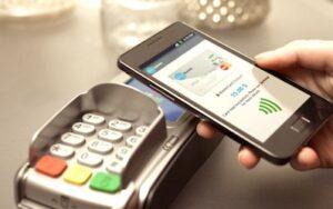 Smartphone pres d'un clavier de paiement.