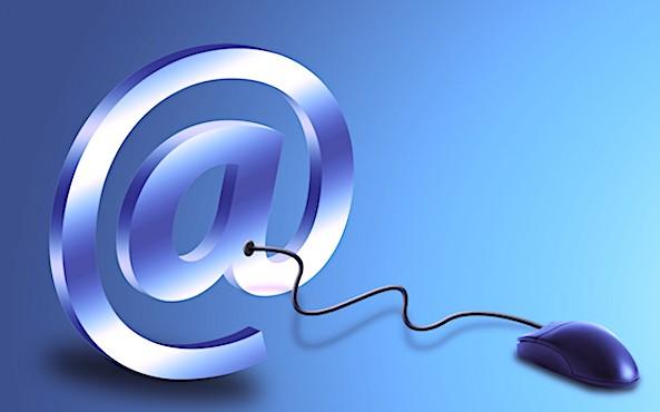 Une souris d'ordinateur liée à un symbole arobase.