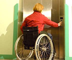 Personne handicapée qui appelle un ascenseur.