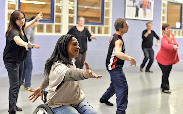 Un cours de danse avec une personne en fauteuil roulant.