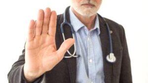 Medecin levant la main.