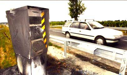 Un radar incendié au bord d'une route.