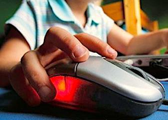 Un internaute utilisant une souris.