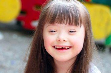 Une petite fille trisomique.