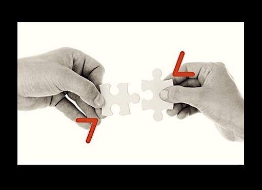Deux mains qui tiennent des pieces de puzzle