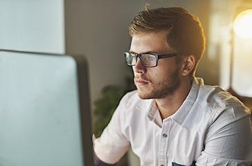 Homme devant un ordinateur.