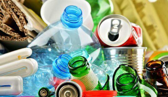 des déchets: bouteilles en verre et en plastique