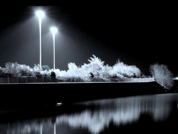 une ville la nuit avec son éclairage public