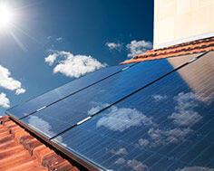 des panneaux photovoltaîques sur un toit
