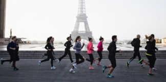 des sportifs courant devant la Tour Eiffel
