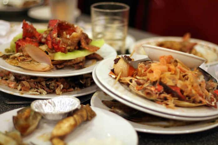 gaspillage alimentaire: des assietes encore pleines de nourritures