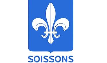 Un écusson symbolise le rôle historique de la ville de Soissons.