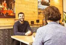 Les clients apprécient l'accueil et les conseils en agence de voyages.