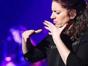 Grâce au chansigne, les personnes sourdes peuvent comprendre les situations et les textes dits dans des spectacles.