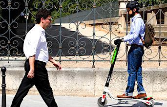 Les trottinettes roulant sur les trottoirs compliquent les déplacements des personnes handicapées.