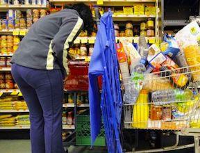 Dans les caddies, les consommateurs ont constaté l'augmentation de certains produits courants.