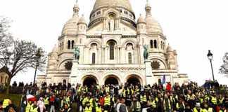 Des Gilets jaunes se sont rassemblés pacifiquement devant le Sacré-Coeur.