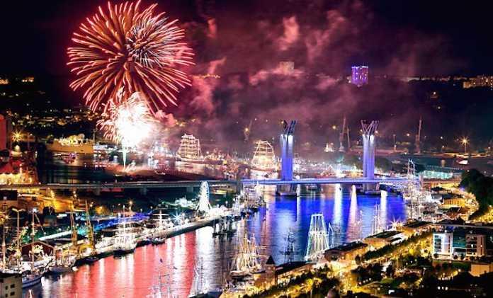 Les feux d'artifice tirés sur la Seine, lors de l'Armada de Rouen, sont très célèbres.