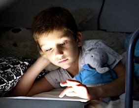 S'exposer à la lumière bleue trop longtemps peut être dangereux pour la rétine.