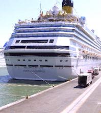 Le port de Sète reçoit de plus en plus de grands paquebots, plein de touristes.