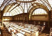 Sous la coupole du Grand Palais, des dizaines de stands consacrés à l'art contemporain.