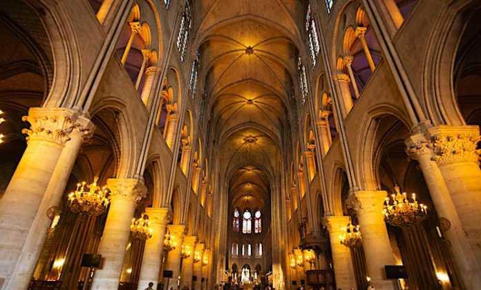 Vue de l'intérieur de Notre-Dame de Paris.