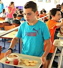 Les cantines scolaires vont bientôt proposer des repas moins chers.