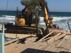 un engin démollissant les structures de plages