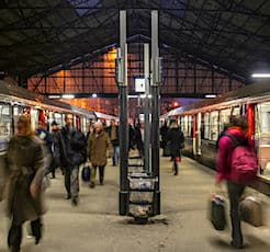 Vue de voyageurs sur un quai de gare pour illustrer le changement stratégie SNCF