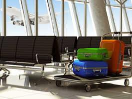 Les bagages trop lourds coûtent cher en avion.