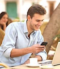 jeune homme tenant un smartphone une facilité pour le commerce en ligne