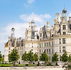 Le Rallye Chambord permet de visiter les châteaux de la Loire avec des voitures anciennes.