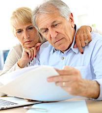 deux seniors qui consultent leur dossier sur l'épargne retraite
