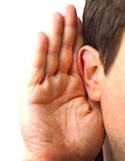 une main à l'oreille symbole des écoutes indiscrètes