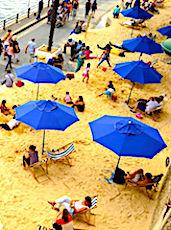 vue des parasols et du sable pour l'événement Paris-Plages