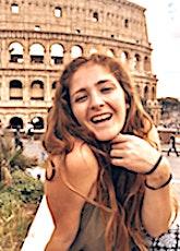 jeune fille devant le colysée de Rome faisant un selfie illustrant l'influence d'Instagram dans le tourisme