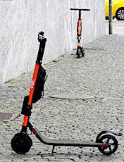 Le stationnement sauvage des trottinettes en libre-service gêne de très nombreux piétons.
