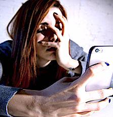 personne fatiguée devant son écran en hyperconnexion digitale