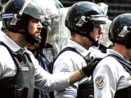 Pour arrêter la haine anti-police, un sénateur propose d'interdire de filmer les forces de l'ordre.