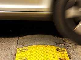 Grâce aux ralentisseurs routiers, les voitures roulent moins vite.